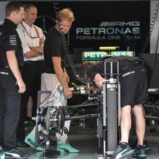 Trabajos iniciales en el coche de Nico Rosberg
