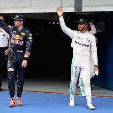Lewis Hamilton y Max Verstappen saludan en Sepang