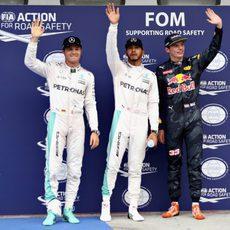 Hamilton, Rosberg y Verstappen saludan a las gradas