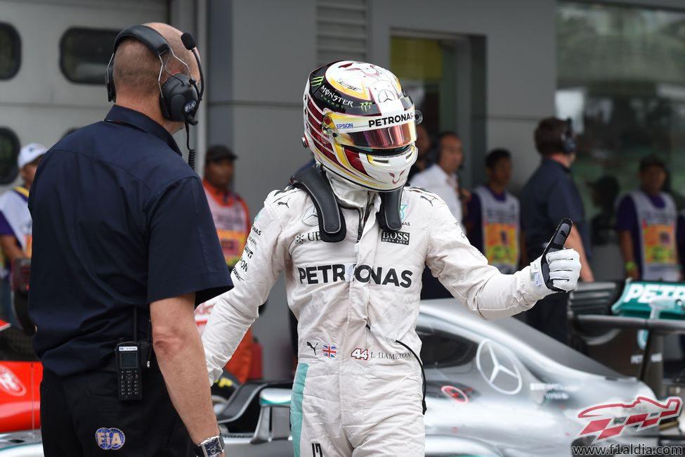 Lewis Hamilton en el parque cerrado de Sepang