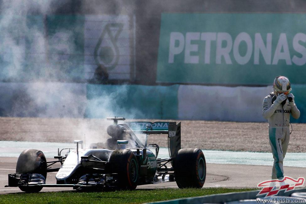Lewis Hamilton abandona en Sepang