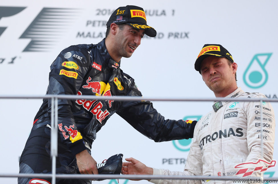 Daniel Ricciardo y Nico Rosberg en el podio de Malasia
