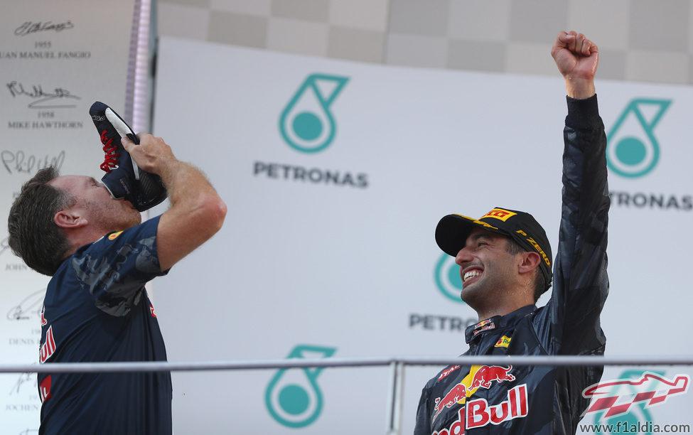 Christian Horner bebe de la bota de Ricciardo