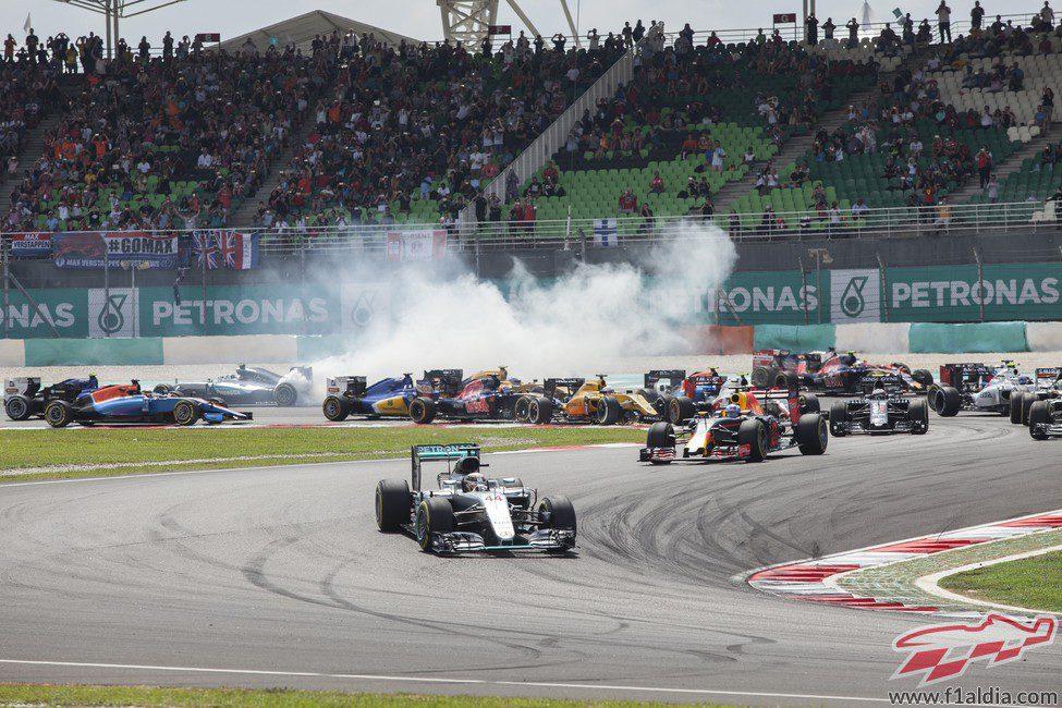 Lewis Hamilton defiende la pole en la salida
