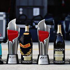 Trofeos para los pilotos del podio en Malasia