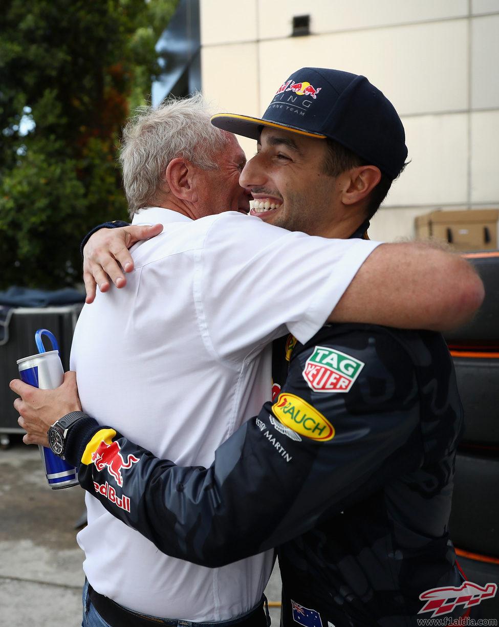 Daniel Ricciardo se abraza con Helmut Marko
