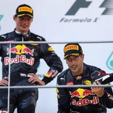 Daniel Ricciardo y Max Verstappen en el podio
