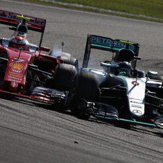 Toque entre Kimi Räikkönen y Nico Rosberg