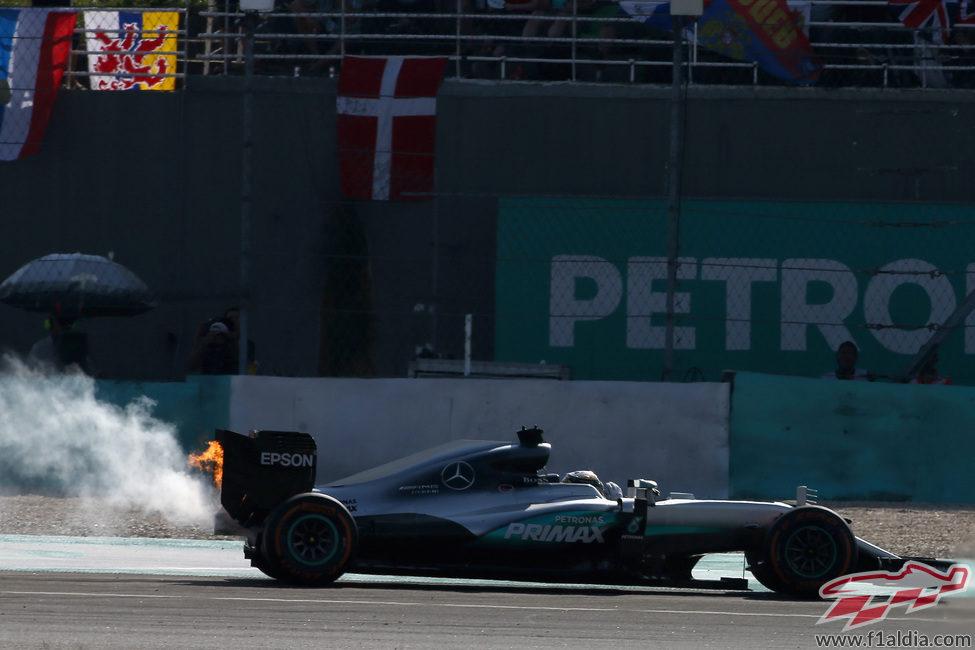 El motor del coche de Lewis Hamilton estalla en llamas