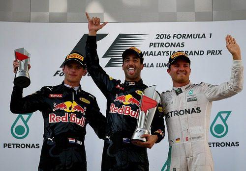 Felicidad en el podio de Ricciardo, Verstappen y Rosberg
