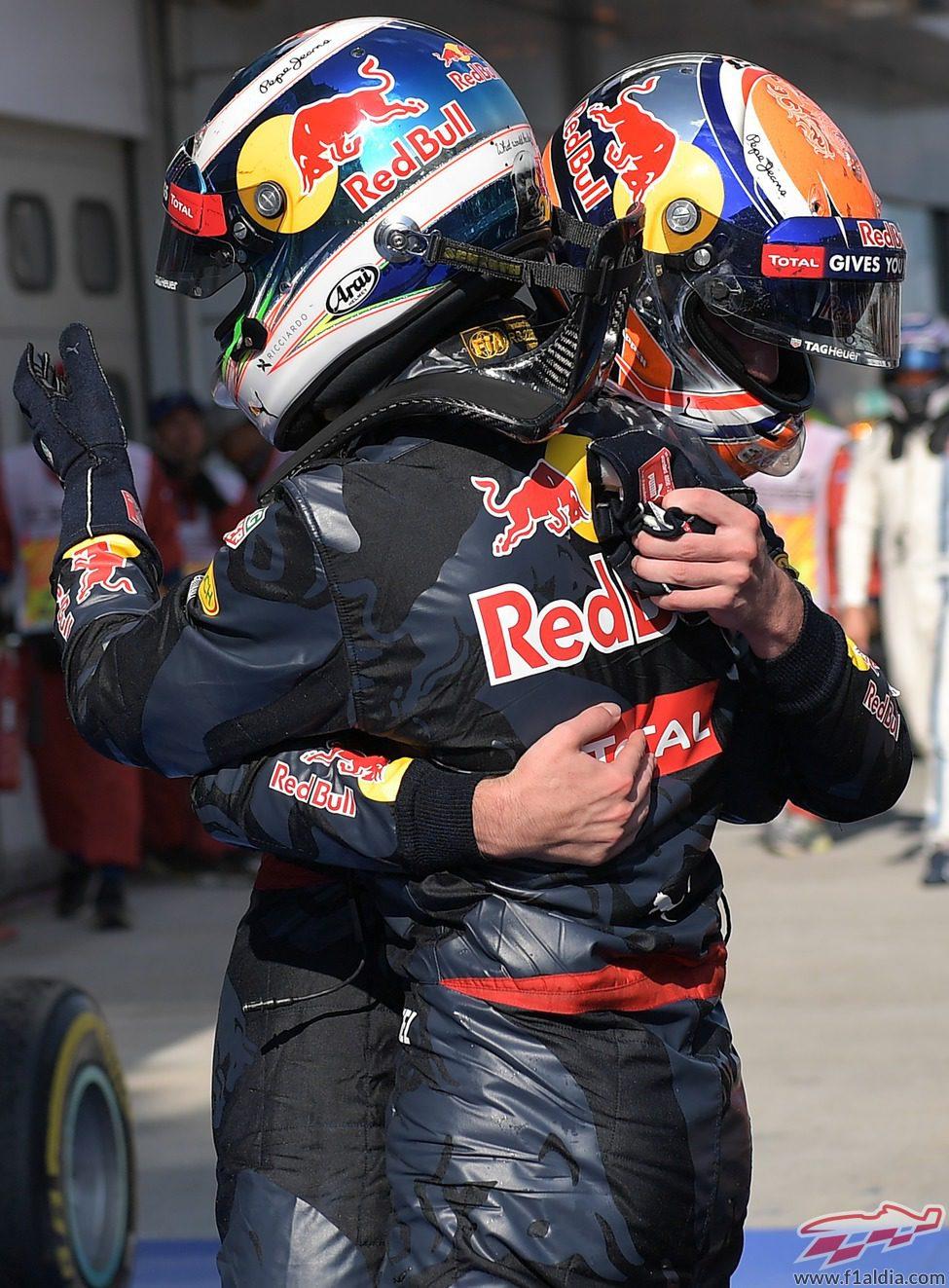 Max Verstappen y Daniel Ricciardo se abrazan al terminar la carrera