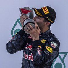 Daniel Ricciardo besa el trofeo de ganador