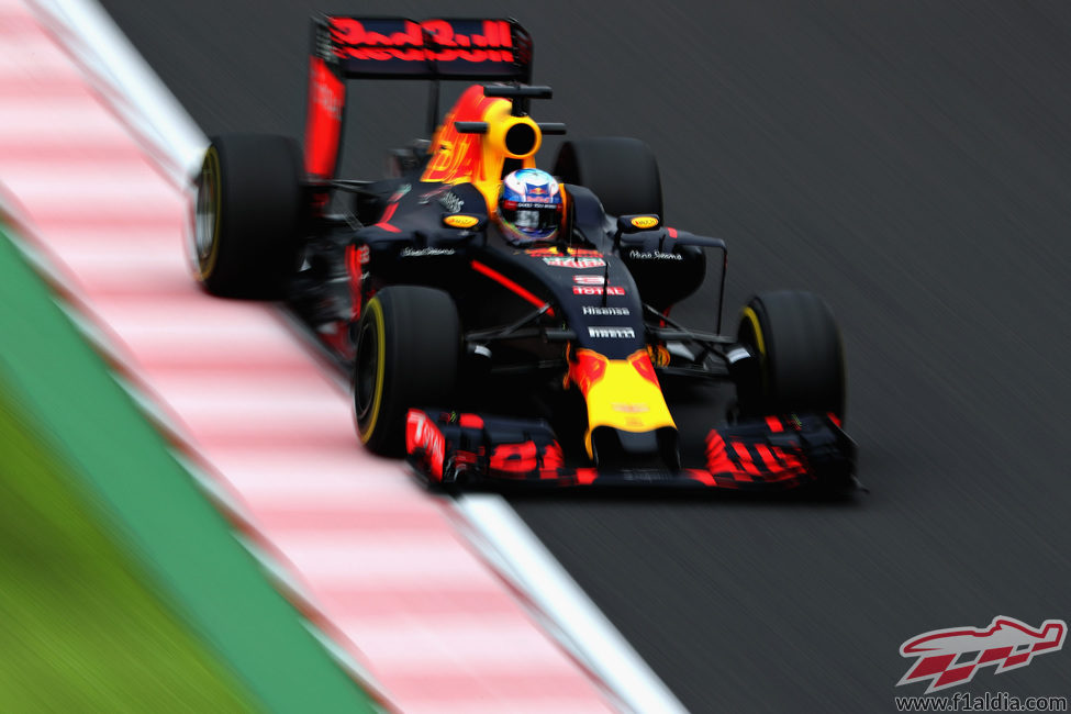 Daniel Ricciardo avanza en Suzuka