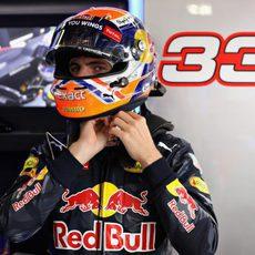 Max Verstappen se coloca el casco antes de salir a pista