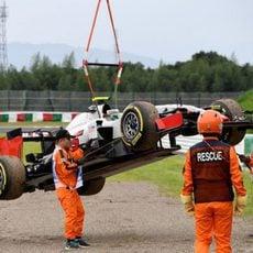 La grúa se lleva el coche de Esteban Gutiérrez