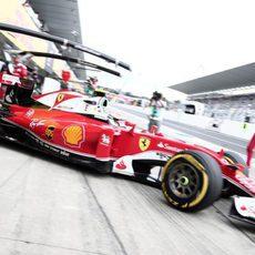 Kimi Räikkönen sale del box en Suzuka