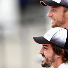 Fernando Alonso y Jenson Button sonríen ante las cámaras