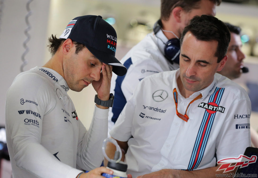 Felipe Massa charla con su ingeniero