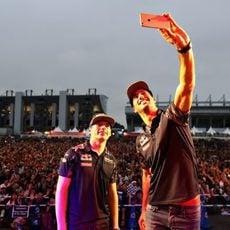 Selfie de Daniel Ricciardo y Max Verstappen