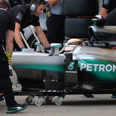 Lewis Hamilton vuelve al box de Mercedes