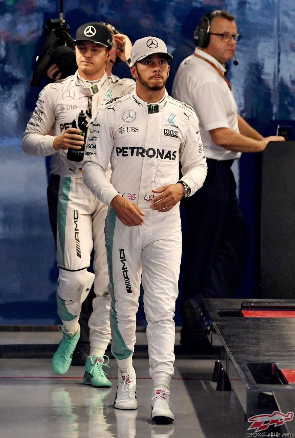 Lewis Hamilton y Nico Rosberg acaban de pesarse