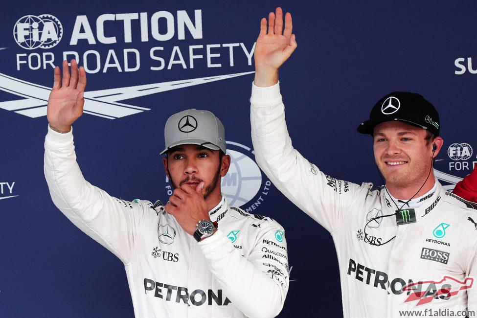 Hamilton y Rosberg saludan juntos en Suzuka