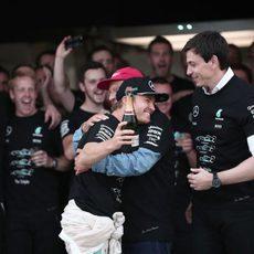 Abrazo de Nico Rosberg a Niki Lauda