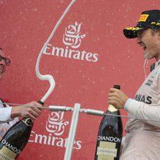 Nico Rosberg se echa champán para celebrar el triunfo