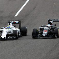Felipe Massa adelanta a Fernando Alonso