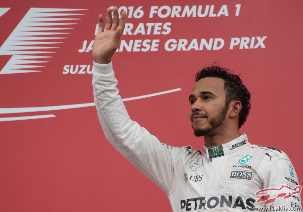 Lewis Hamilton saluda desde el podio en Suzuka
