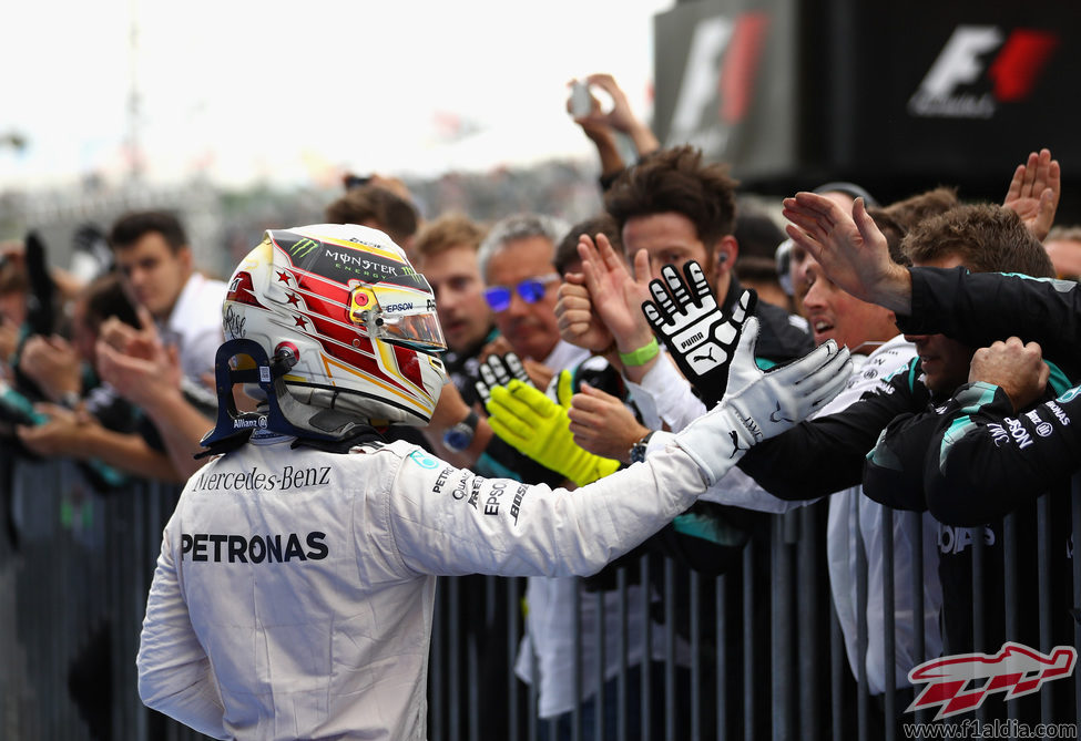 Lewis Hamilton celebra el podio con su equipo