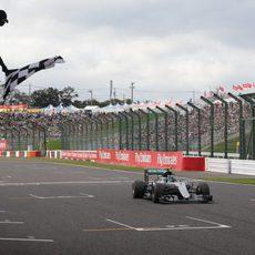 Nico Rosberg cruza la línea de meta en Japón