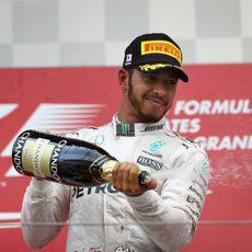 Lewis Hamilton descorcha el champán en el podio