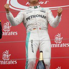 Euforia de Nico Rosberg en el podio de Japón