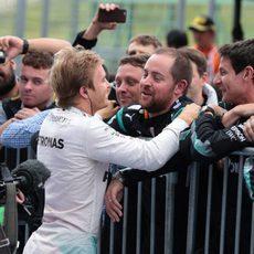 Nico Rosberg abraza a sus compañeros de Mercedes