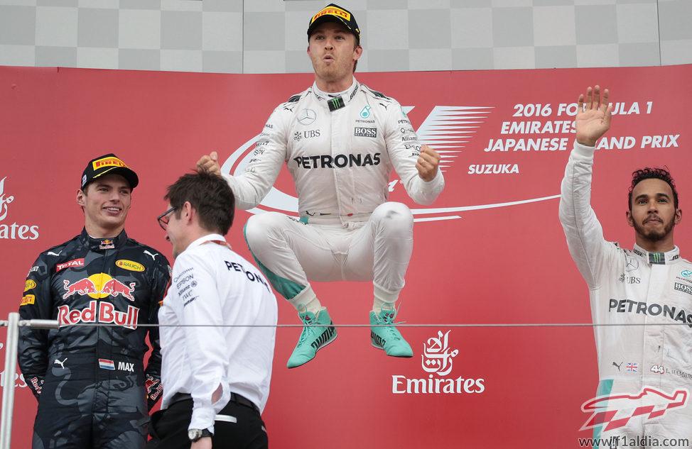 Salto tradicional de Nico Rosberg en el podio