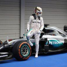 Lewis Hamilton se baja del coche en parque cerrado