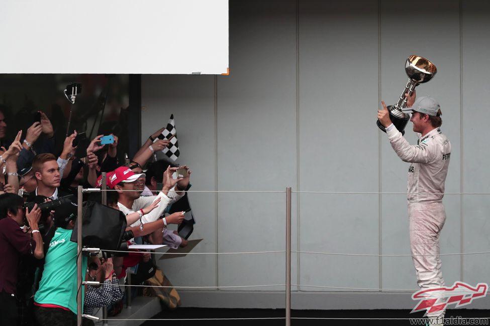 Nico Rosberg presenta el trofeo ante los aficionados