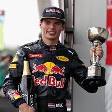 Sonrisa de Max Verstappen al lograr el segundo puesto