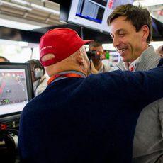 Niki Lauda y Toto Wolff celebran la victoria