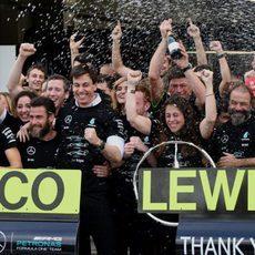 Mercedes celebra su título mundial en Suzuka (VII)