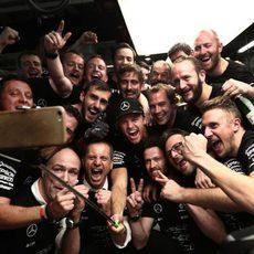 Mercedes celebra su título mundial en Suzuka (X)