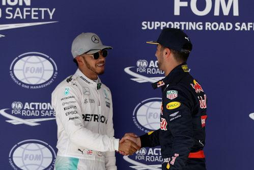 Lewis Hamilton y Daniel Ricciardo se dan la mano