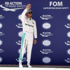 Lewis Hamilton saluda tras conquistar la pole en Austin