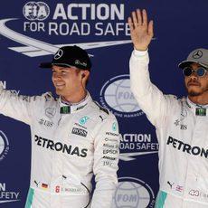 Nico Rosberg y Lewis Hamilton saludan a los fans