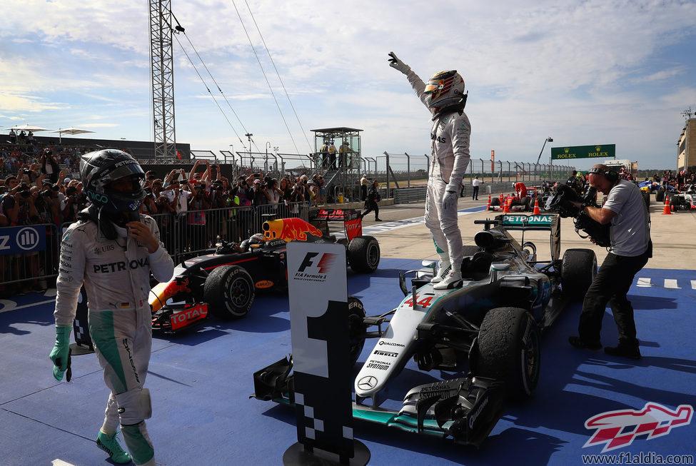 Lewis Hamilton se sube al coche para celebrar la victoria