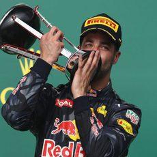 Daniel Ricciardo besa su trofeo en el podio