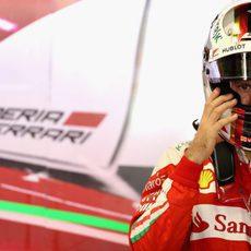 Sebastian Vettel ajustándose el casco