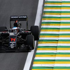 Fernando Alonso rueda con neumáticos medios