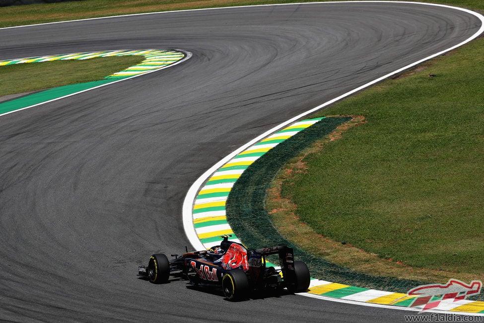 Carlos Sainz lidia con las curvas del trazado de Interlagos